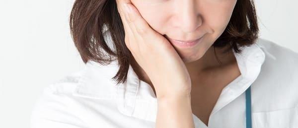 歯茎が腫れている女性