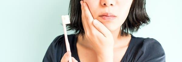 歯周病で歯茎が腫れている女性