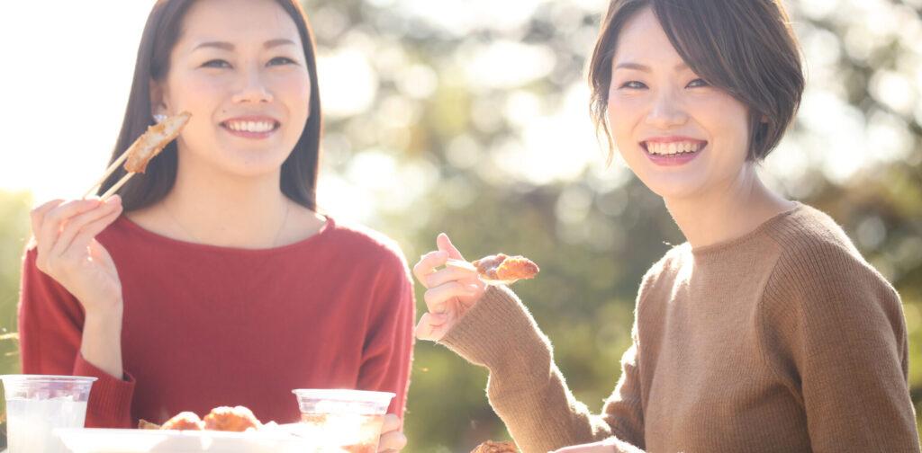 大阪市阿倍野区西田辺 歯医者 楽しく食事をする女性