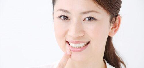 大阪市阿倍野区西田辺 歯医者 綺麗な歯並びの前歯を見せている女性
